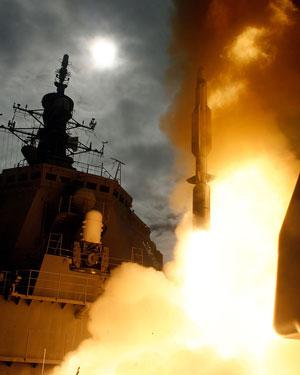 迎撃ミサイルを発射するイージス艦