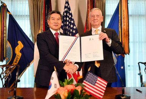 戦時統制権の返還書類に署名を追えた米韓両代表