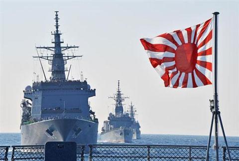 海上自衛隊の護衛艦と軍艦旗